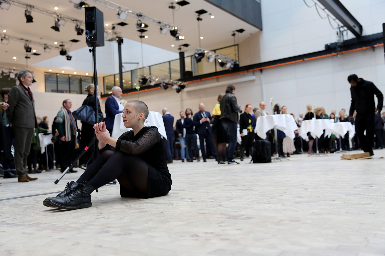 PERFORMANCE: Det var selvsagt kunst også under åpningen av den nye skolen.