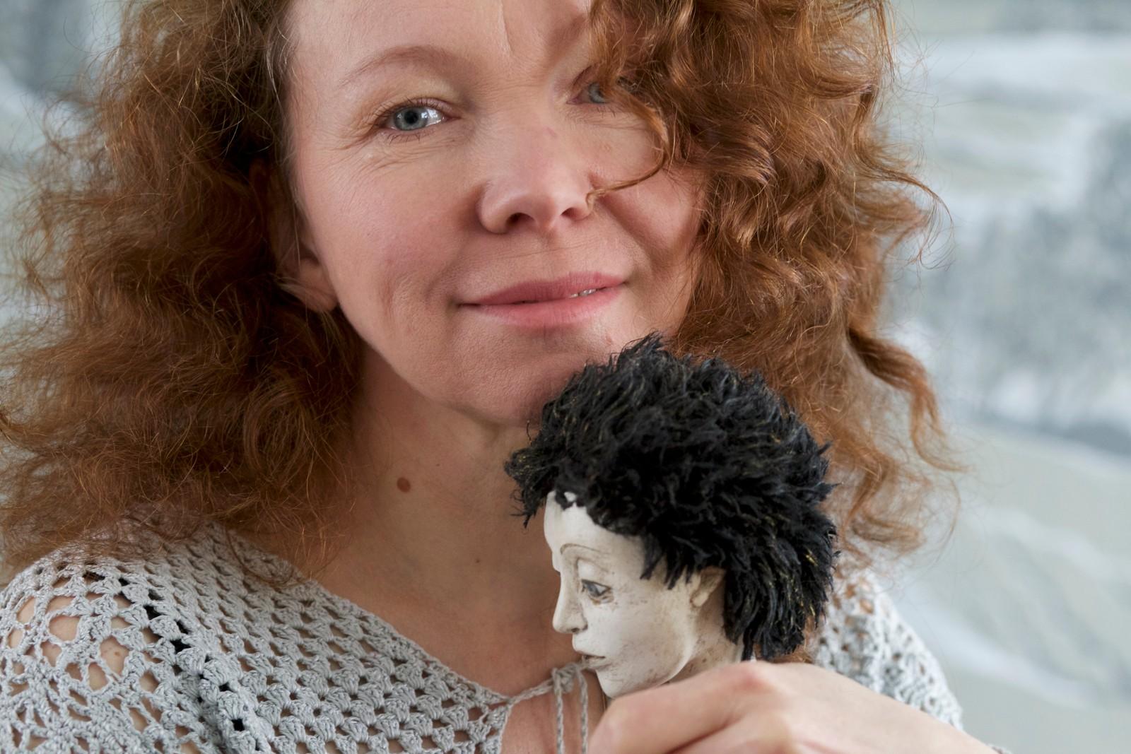 Irina sier det er vanskelig å skilles fra dukkene sine.