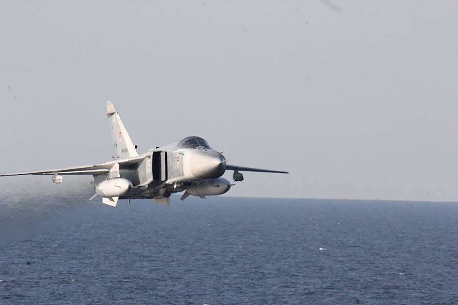 To slike russiske jagerfly provoserte amerikanske myndigheter med å fly svært nærme skipet deres.