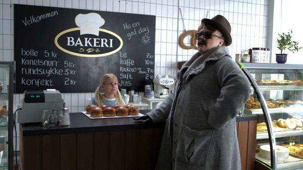 Norsk mattedrama. (3:12)Bakeriinspektøren er tilbake og prøver å sette Helene i mattetrøbbel mens hun hjelper onkel Jan i bakeriet. Kan MK-X hjelpe Helene denne gangen?