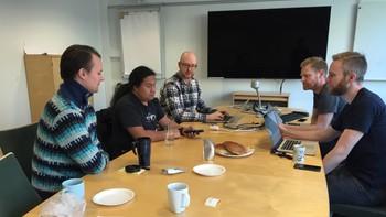 Blinde David Hole tester NRKs apper for radio og TV.