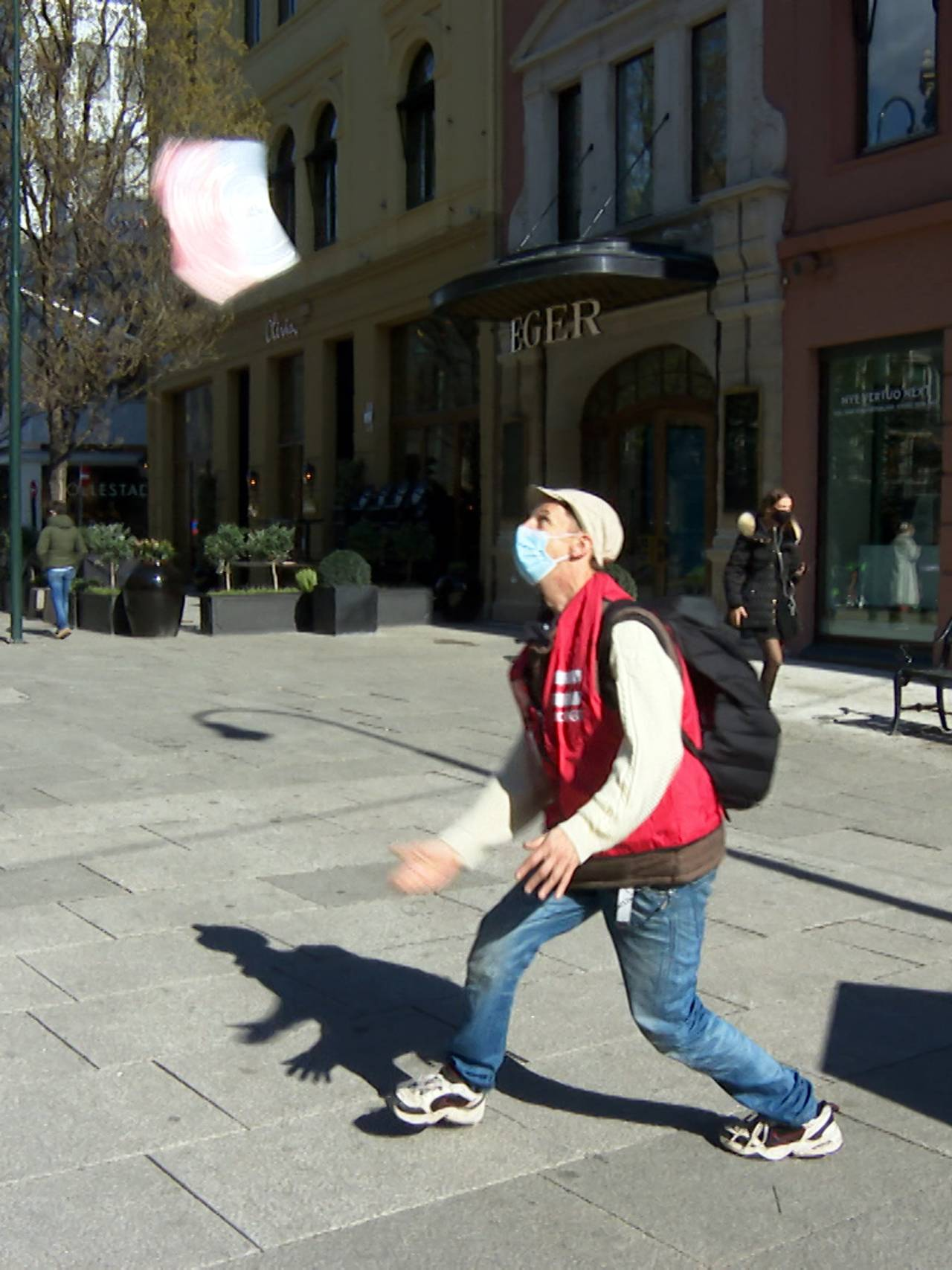 Erlik Oslo-selger Sondre kaster et magasin i luften
