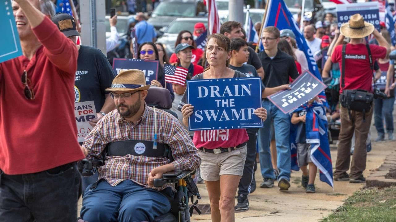 Trump-supportere marsjerer til delstatsforsamlingen i Nord-Carolina.