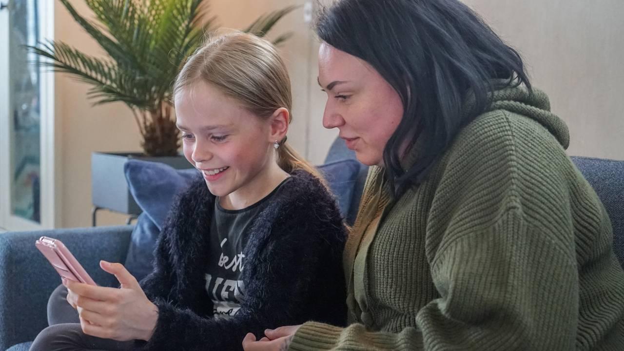 Malin Jakobsen og Emilia (8) ser på TikTok
