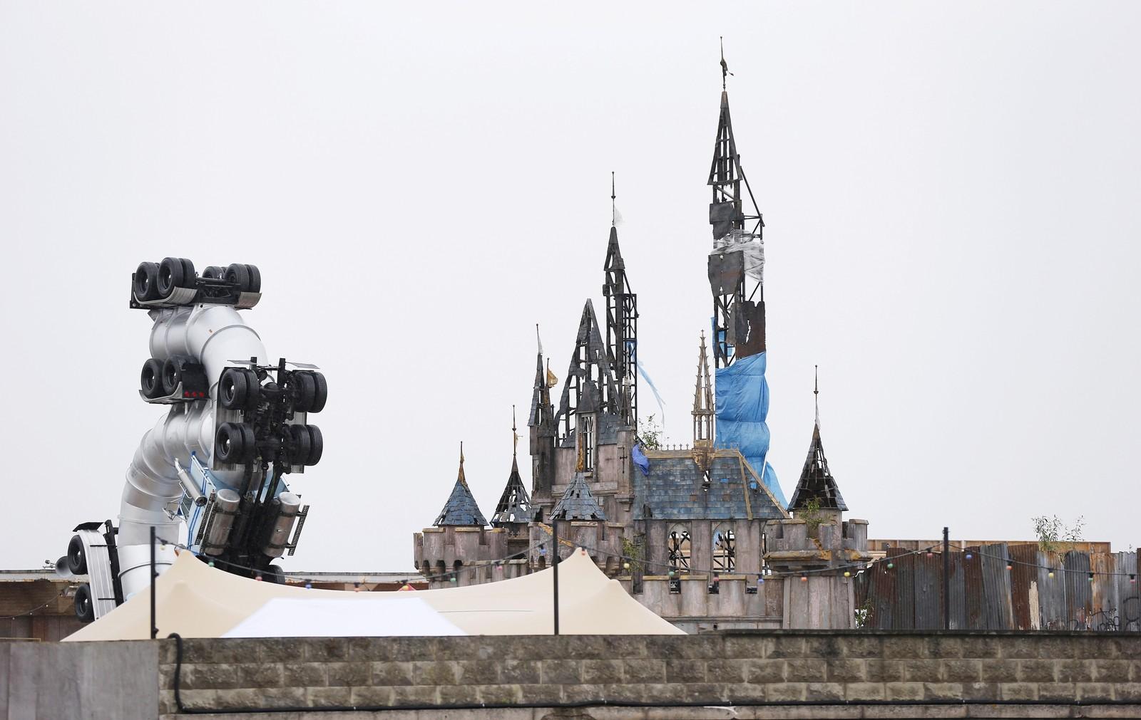 UTBRENT: En spøkelsesaktig versjon av Disneylands magiske slott stikker opp over muren til «fornøyelsesparken».