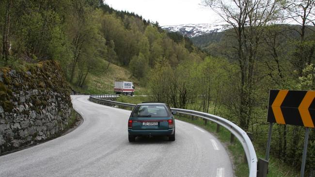 Vegen mellom Vadheim og Sandane var mellom vegane som fekk såkalla kompensasjonsmidlar. Dette biletet er teke i Gaular, mellom Sande og Årbergsdalen. Foto: Ottar Starheim, NRK.