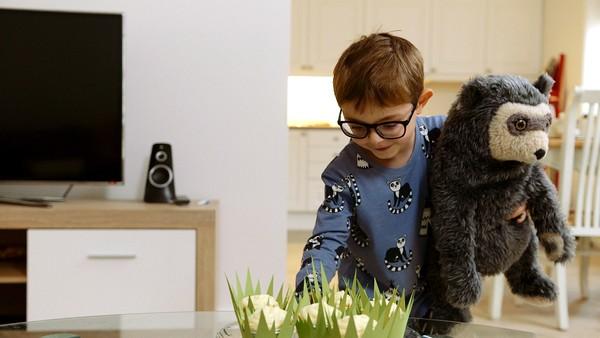 Norsk dramaserie. Snill som et lam. Tanten til Julian har den nye kjæresten sin på besøk, og Julian er for sjenert til å komme bort for og hilse på han.