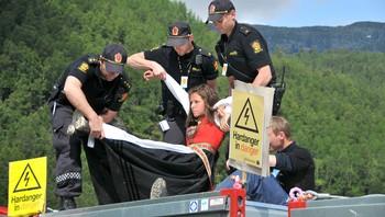 Synnøve Kvamme som blir arrestert av poitiet