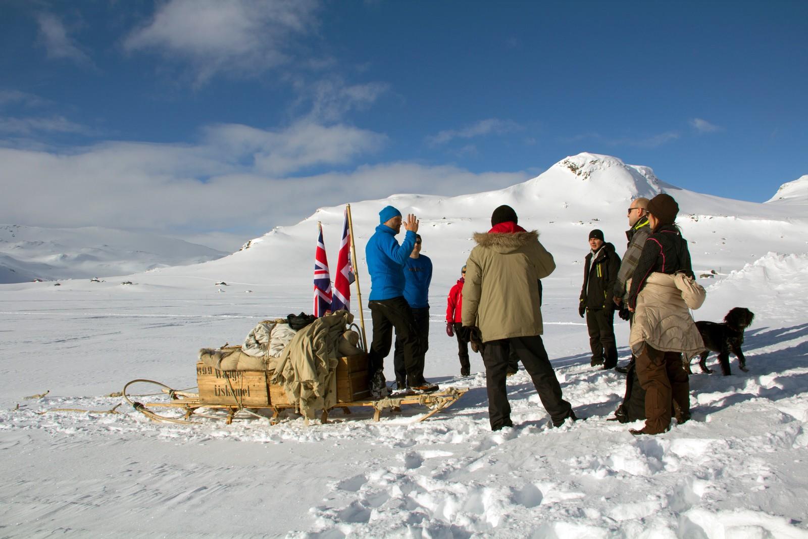 Klar til start. Harald Kippenes forteller dagens turdeltakere om hva som skal skje.
