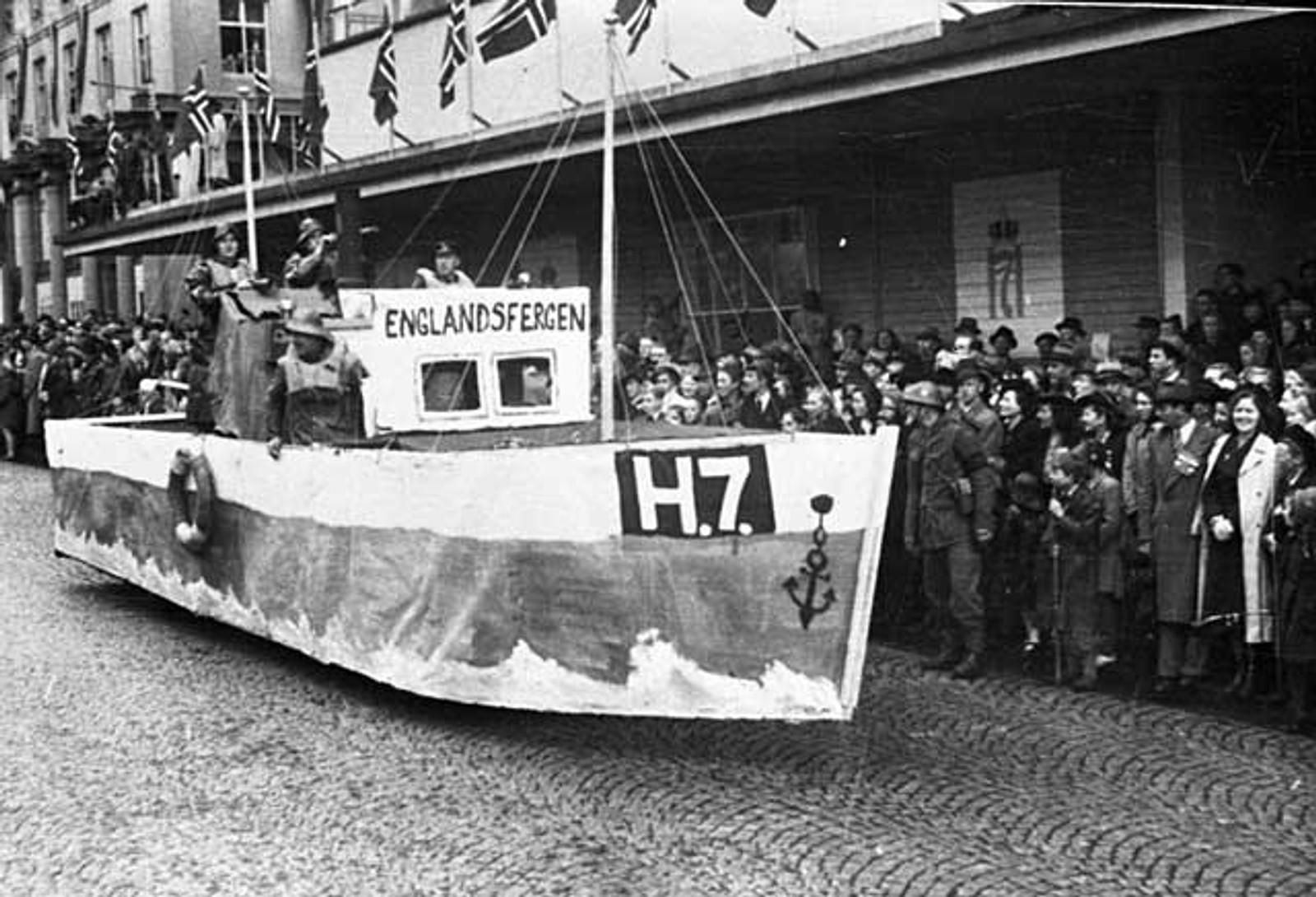 ENGLANDSFERGEN: Under 17. mai-prosesjonen i 1945 var det mange artige innslag. Ett av dem hedret Shetlandsgjengen og englandsfarerne.