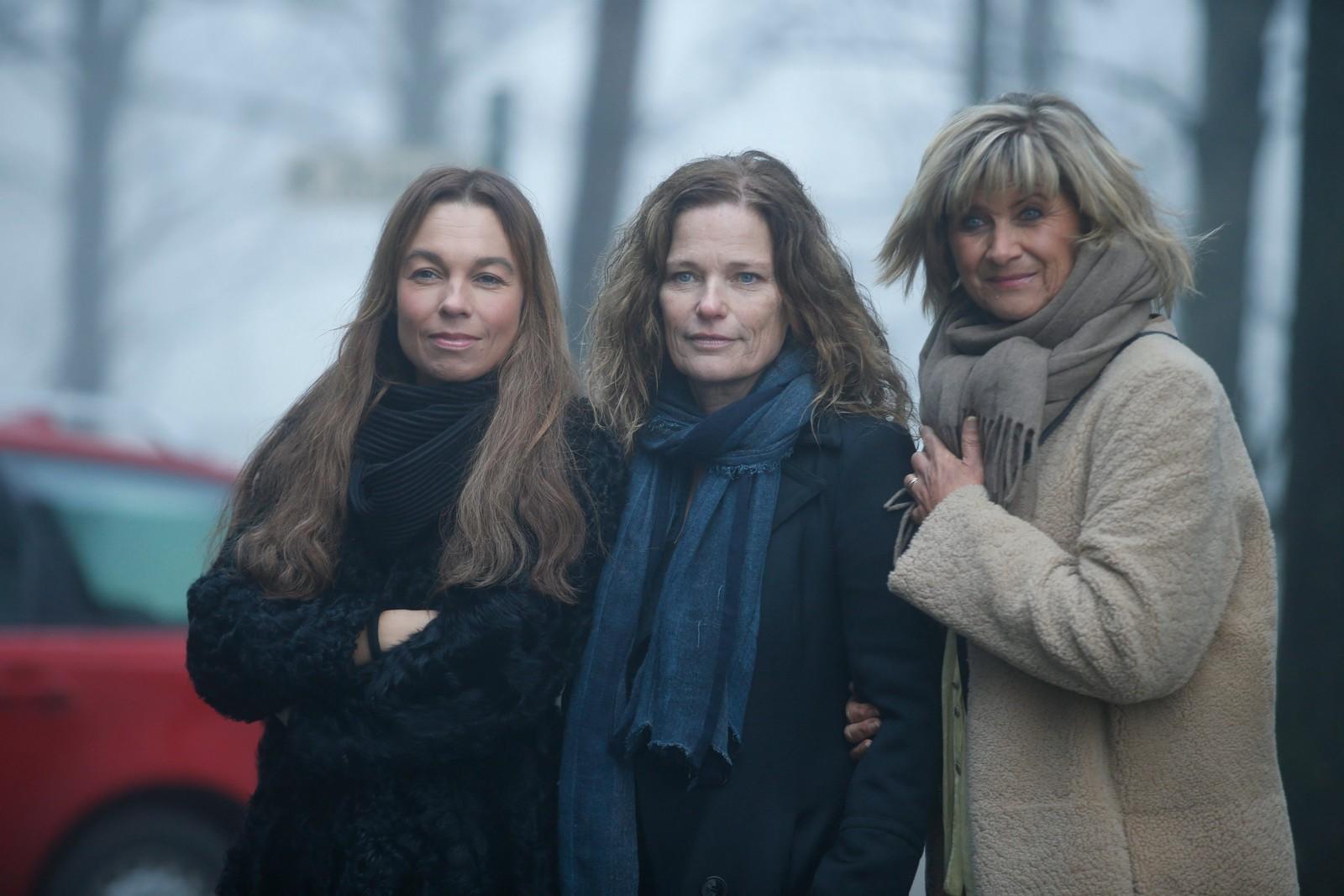 Kaia Huuse, Kari Iveland og Kari Gjærum ankommer Grefsen Kirke hvor Nora Brockstedt onsdag ble bisatt.