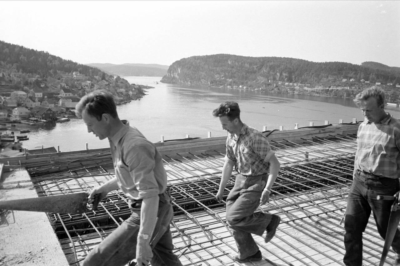 Frierfjorden - Brevikbrua under bygging, 1960.