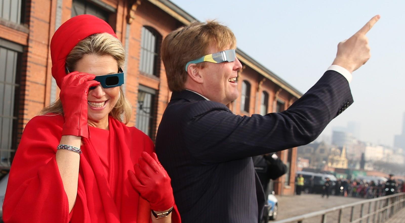 Kong Willem-Alexander og Dronning Maxima av Nederland ser opp mot himmelen i Hamburg, Tyskland.