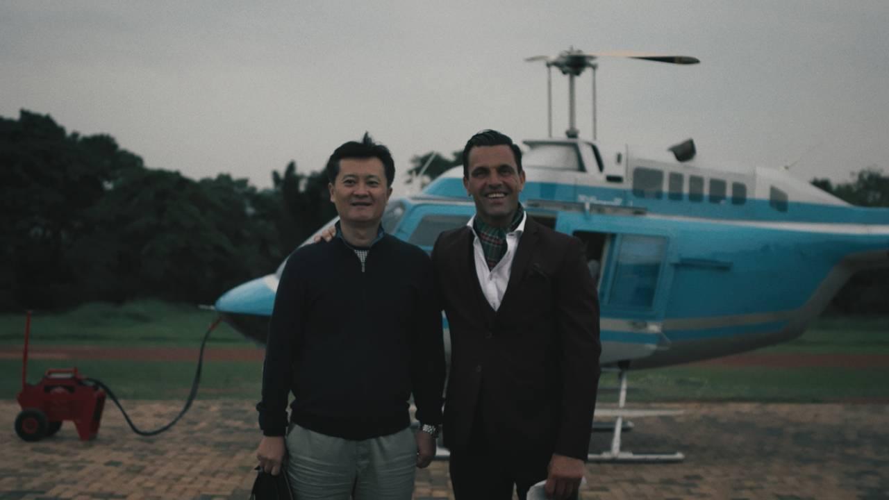 Mr. Danny og mr. James foran et helikopter