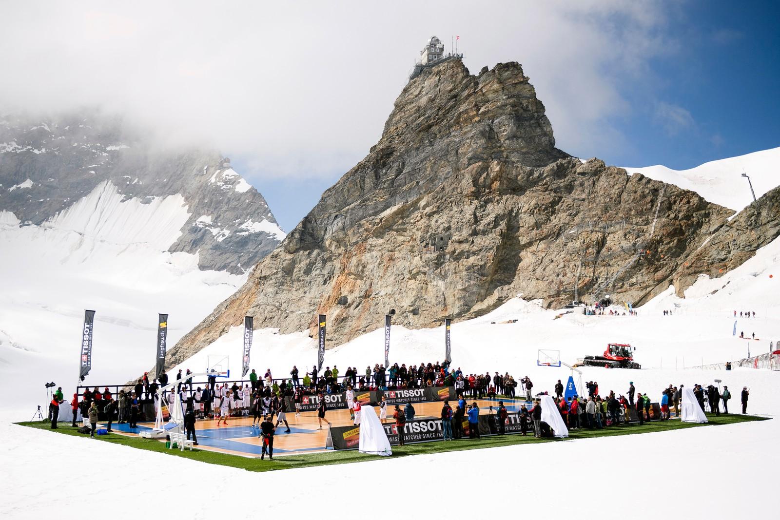 Den franske NBA-stjernen Tony Parker spilte en basketballkamp på Aletschisbreen (3454 m.o.h.) i Jungfraujoch-fjellpasset i Sveits 14. september. Parkers lag hadde spillere fra det franske laget ASVEL Villeurbanne, motstanderlaget besto av spillere fra den sveitsiske basketligaen. Kampen var et promoarrangement for en sveitsisk klokkeprodusent.