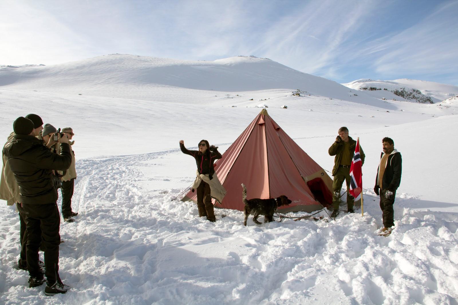 – Det har vært et fantastisk slit. Et godt slit, sier Kari Didriksen og poserer ved målet: kopien av Roald Amundsens telt.