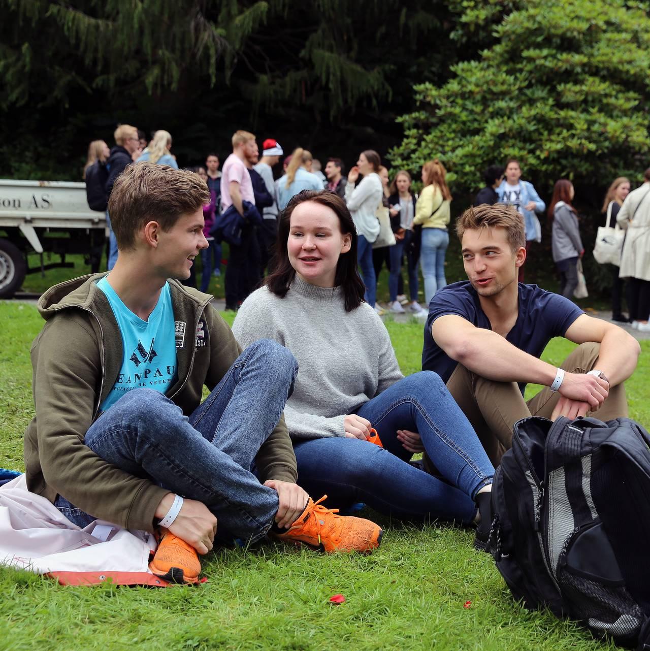 Tre studenter i Nygårdsparken i Bergen under fadderuken