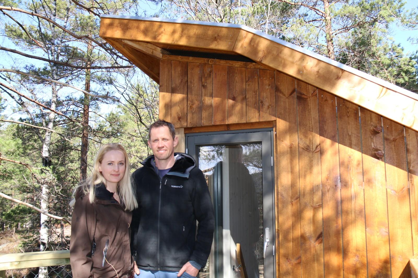 Åse og Jens Mæsel Trydal ved toppetasjen på Flåklypa-hytta.