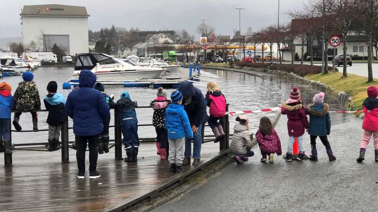 Barnehagebarn ser på floa i Ulsteinvik