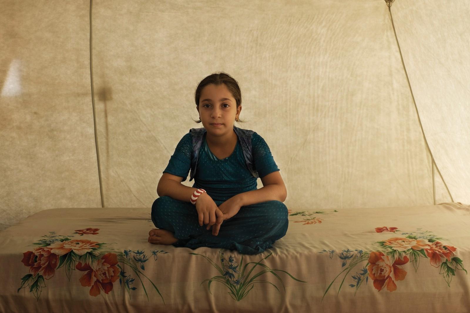 Sura (11) kommer fra Mosul. Hun sitter på sengen i teltet der hun bor med besteforeldrene. Det er de som tar seg av henne etter at faren hennes døde og moren hennes dro.