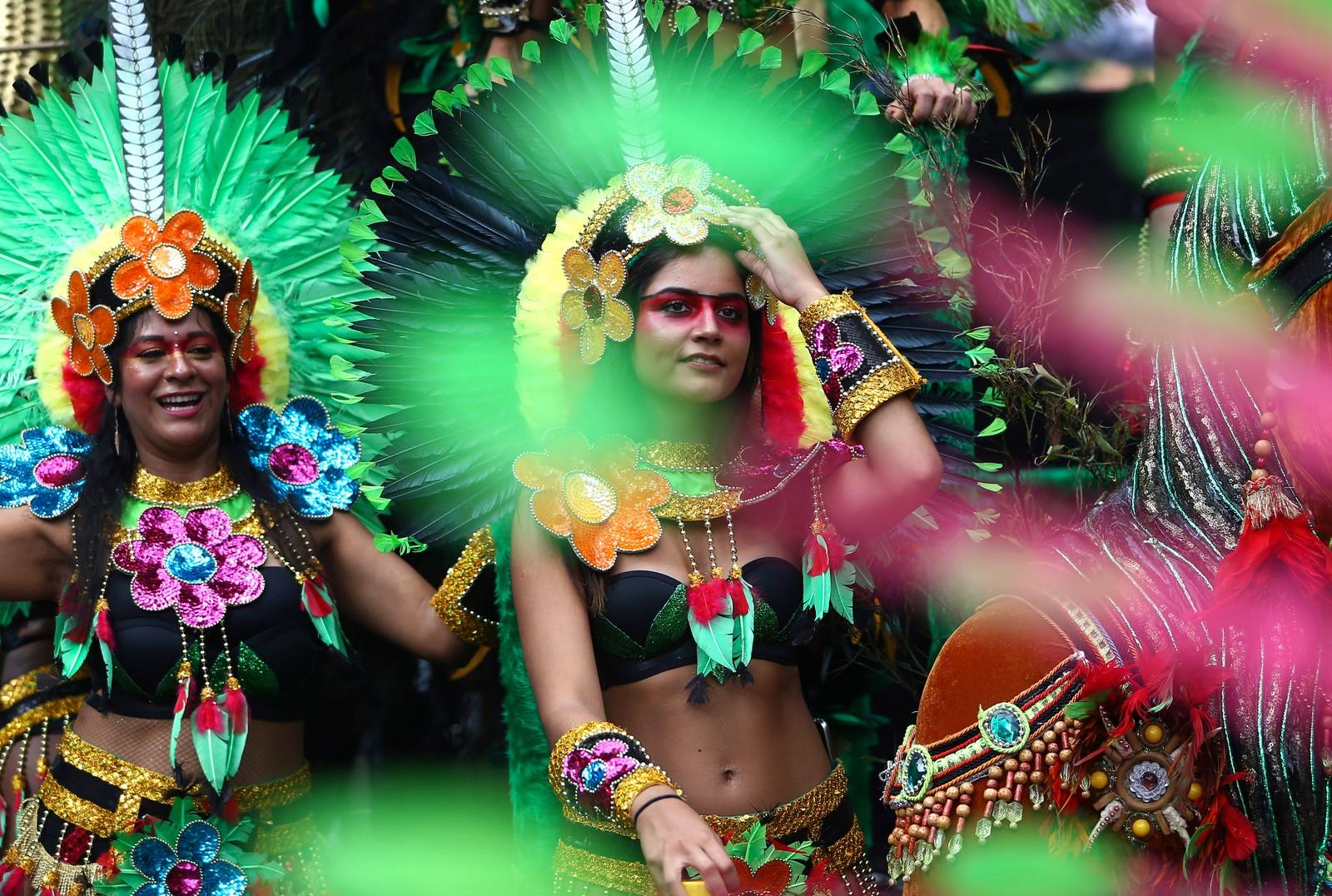 Glade mennesker og vakre farger under det årlige Notting Hill-karnevalet i London i England den 29. august. Det er omtrent én million mennesker som deltar, noe som gjør det til en av de største gatefestivalene i verden.