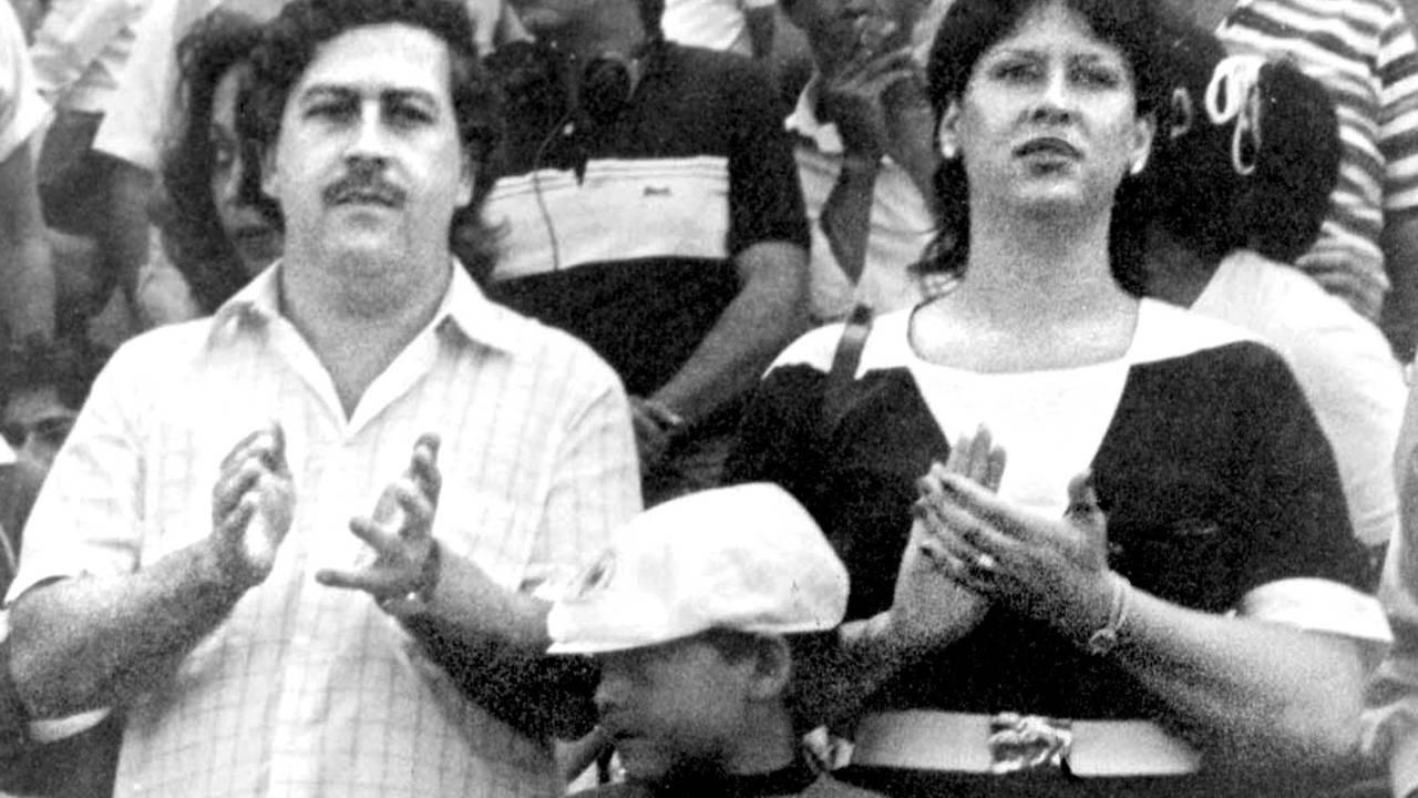 Pablo Escobar og Victoria Henau Vallejos med sønnen på fotballkamp.