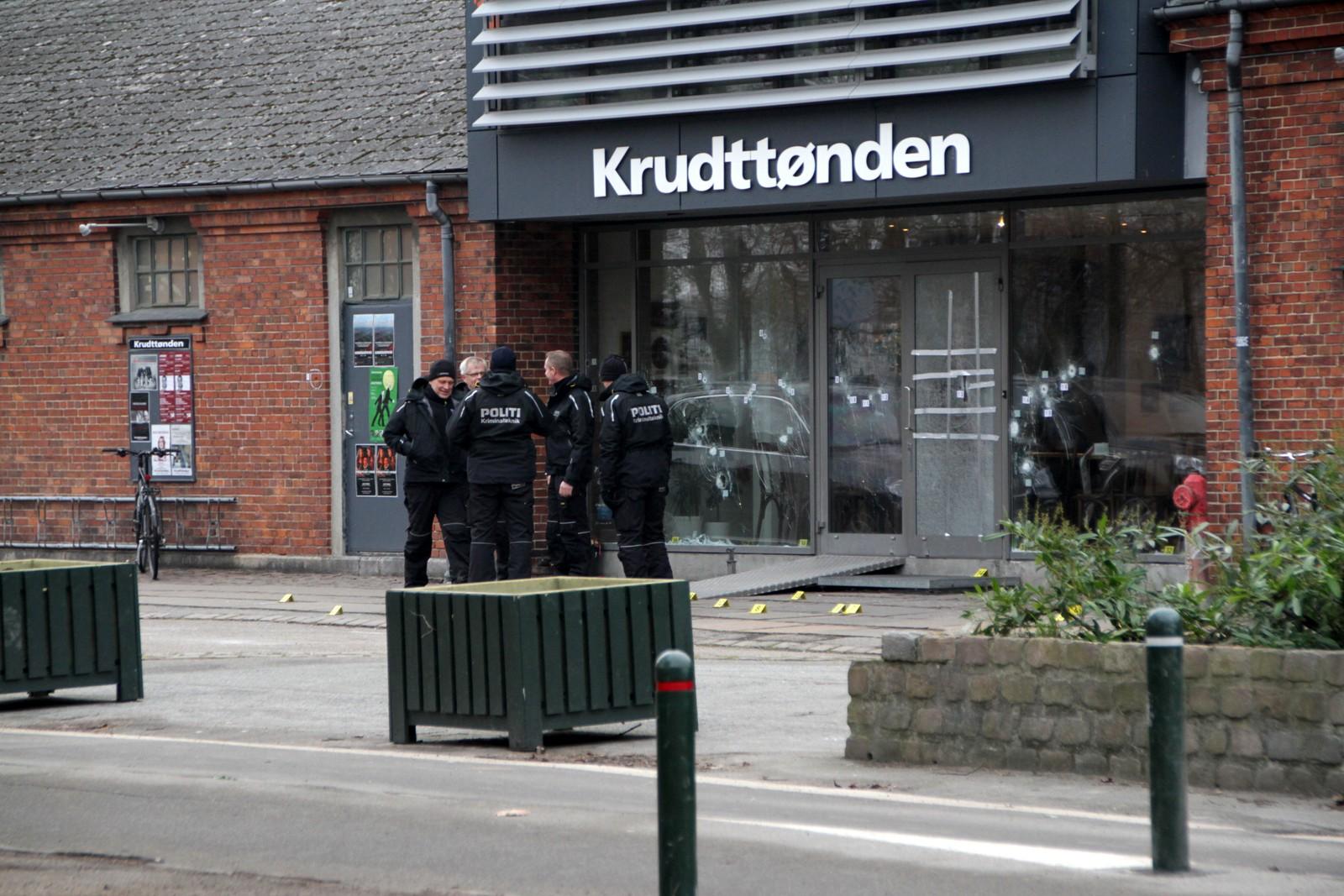 Politiet gjør undersøkelser ved Krudttønden søndag ettermiddag. De har lagt ned gule markører på bakken hvor det ble funnet kuler etter attentatet.