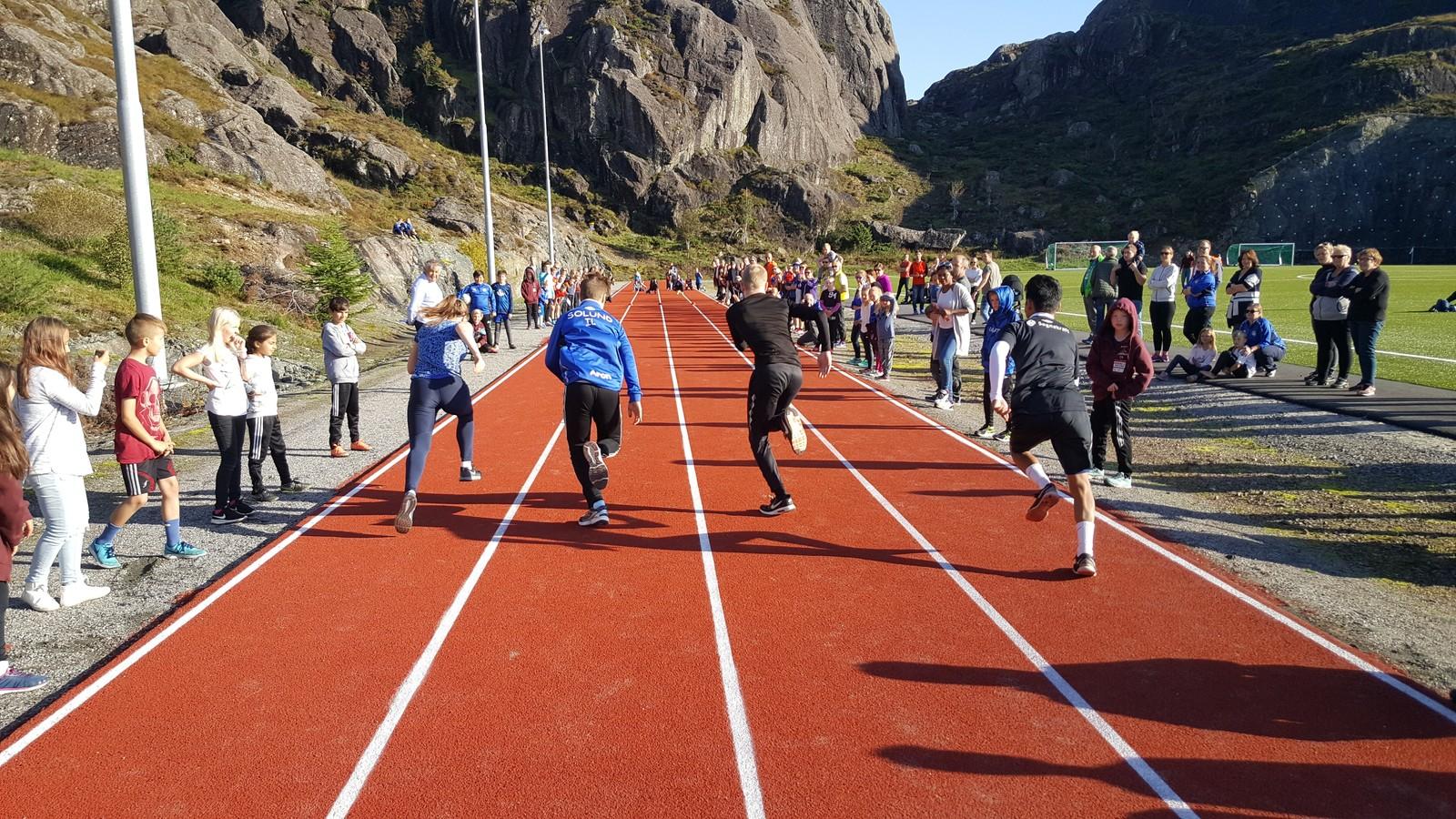 EIN TREDEL: Kring 270 personar møtte opp for å få med seg opninga av idrettsparken på Hardbakke. I heile Solund kommune bur det kring 800 innbyggjarar.