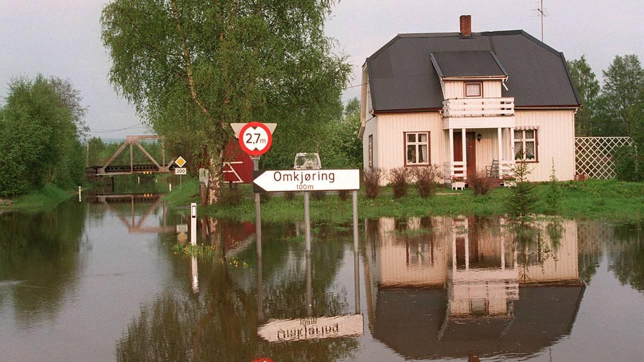 I Kongsvinger ble omkjøringsvegen til en elv under flommen i 1995.