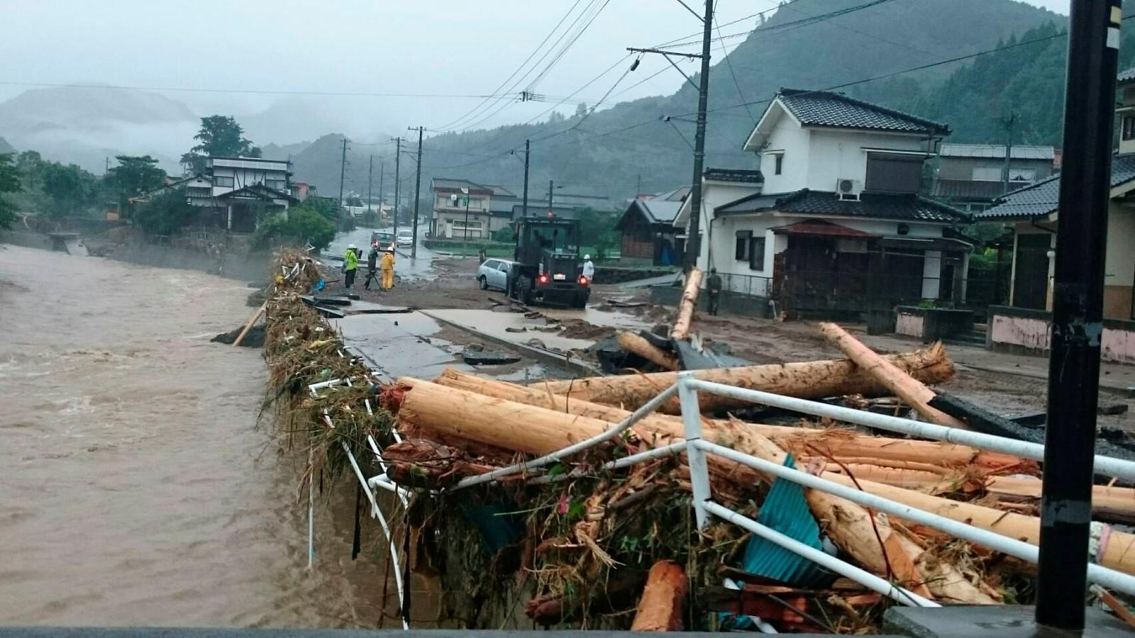 En blokkert vei etter det kraftige regnet i Toho i Fukuoka. Bildet er gitt av japanske myndigheter.