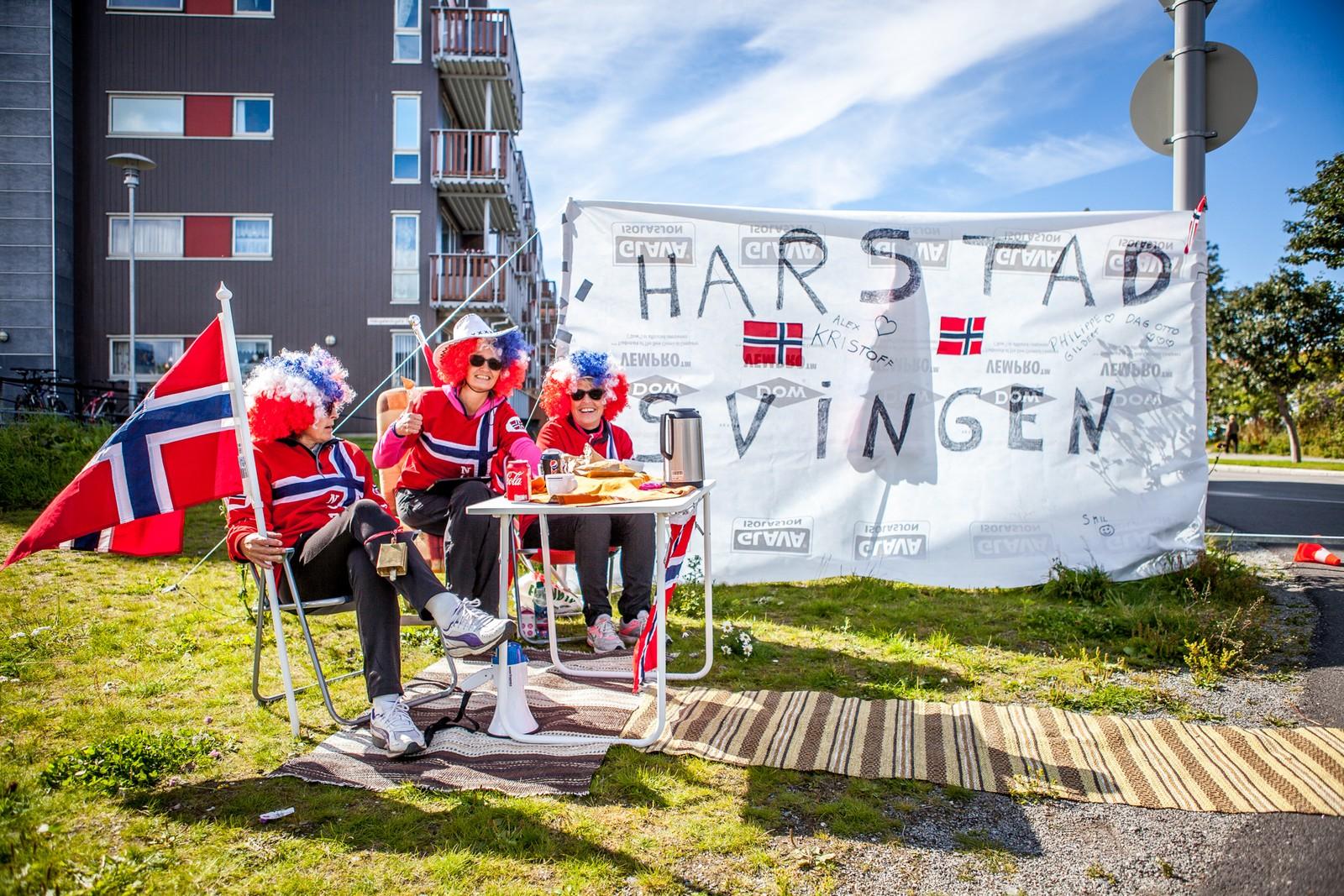 """Tilreisende fra Harstad har etablert en egen """"Harstadsving"""" i Bodø sentrum, inspirert av «norskesvingen» på Champs elysees i Tour de France."""