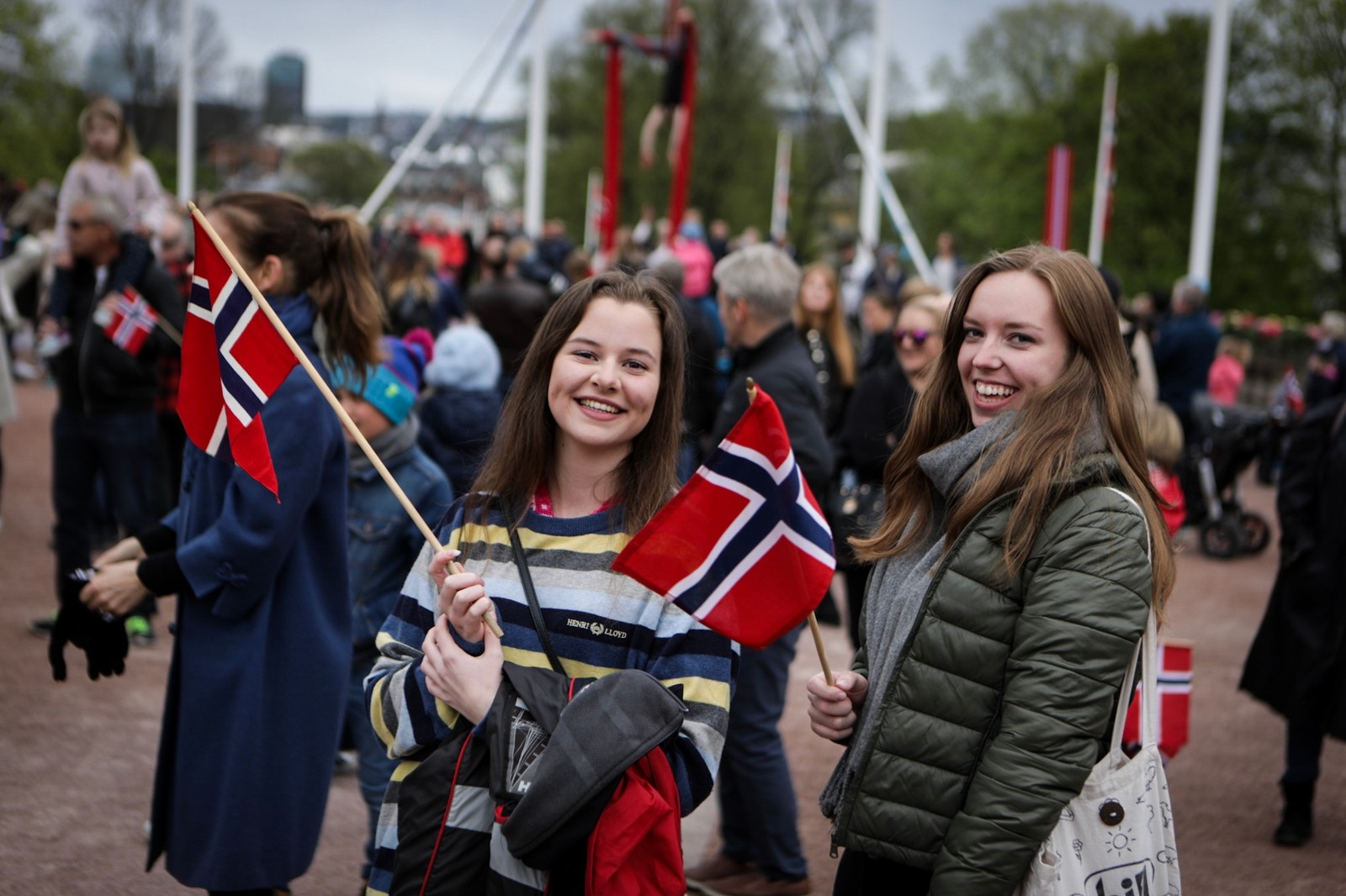 Anja Meling Alvsvåg og Sophie Schjerverud på slottsplassen for å synge bursdagssangen for kongeparet på deres 80-årsdag.