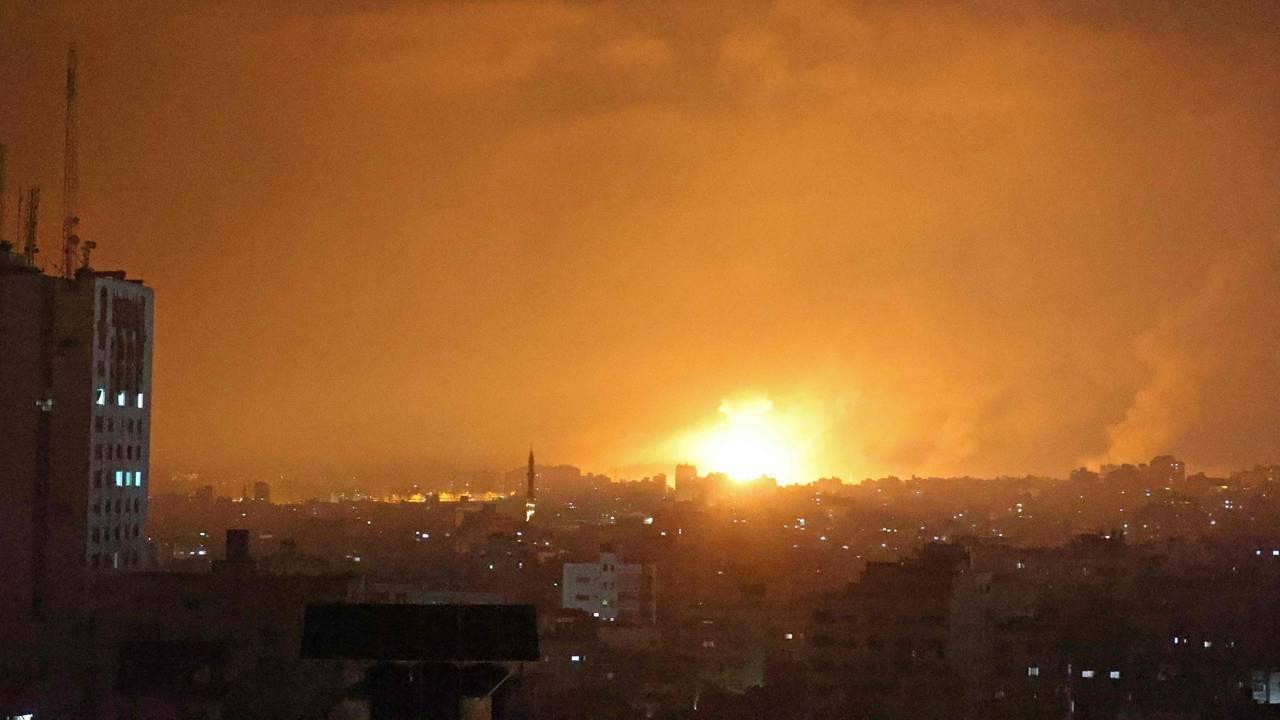 Himmelen ved den Nordlige delen av Gaza Stripen ble lyst opp store eksplosjoner natt til 14. mai.