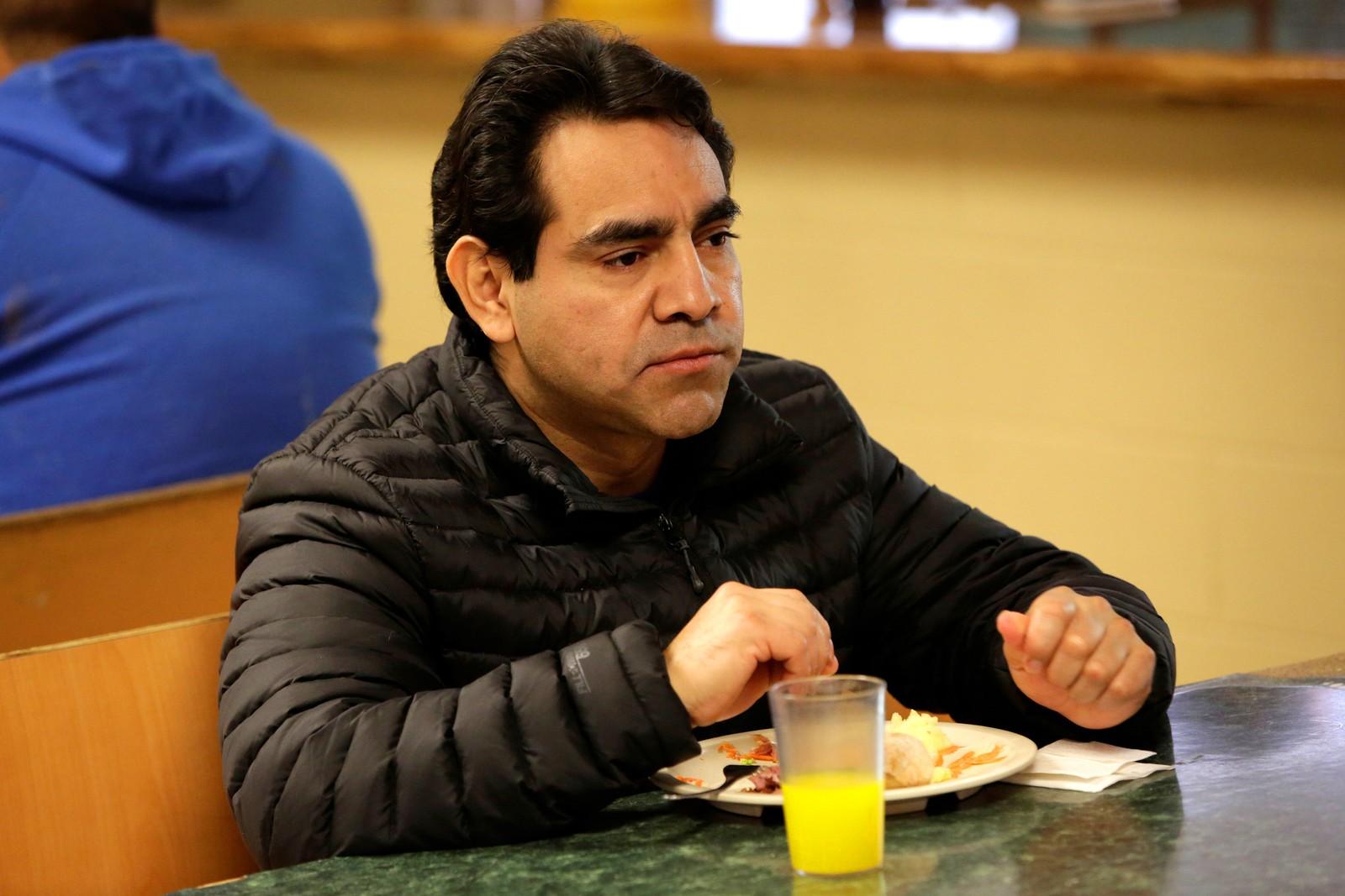 Meksikanske Roberto Beristain spiser på et senter for migranter i Ciudad Juárez i Mexico etter at amerikanske myndigheter sendte han ut av USA. Før dette bodde han i Granger i Indiana hvor han drev en restaurant. Amerikanske medier skriver også at kona hans stemte på Trump.