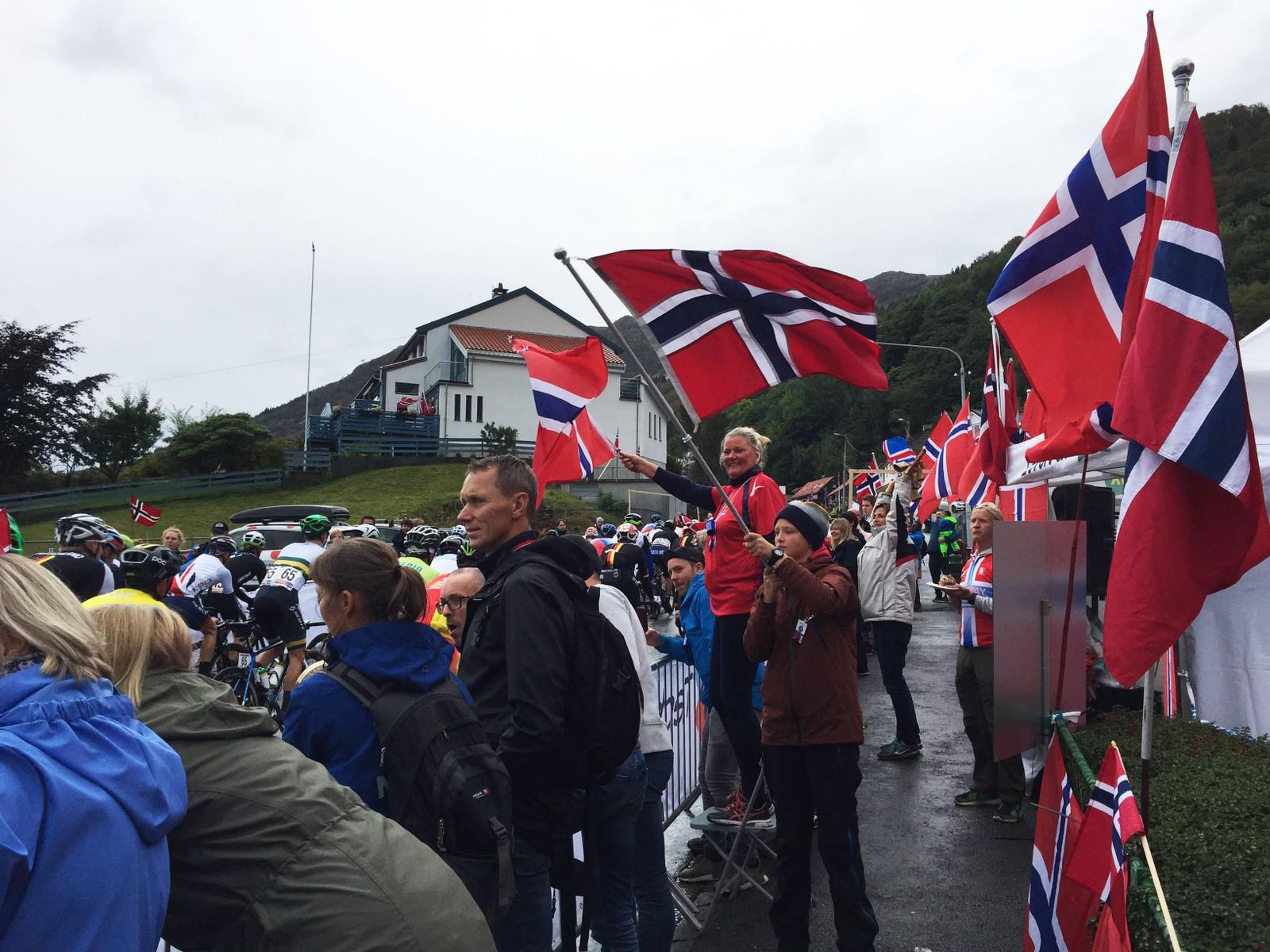 Trass i regnet stilte publikum opp på Landås.