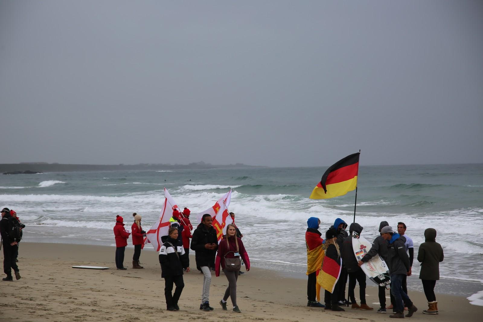 11 nasjoner er representert i surfe-EM. Fans fra flere land sto på Borestranden for å heie på sine deltakere.