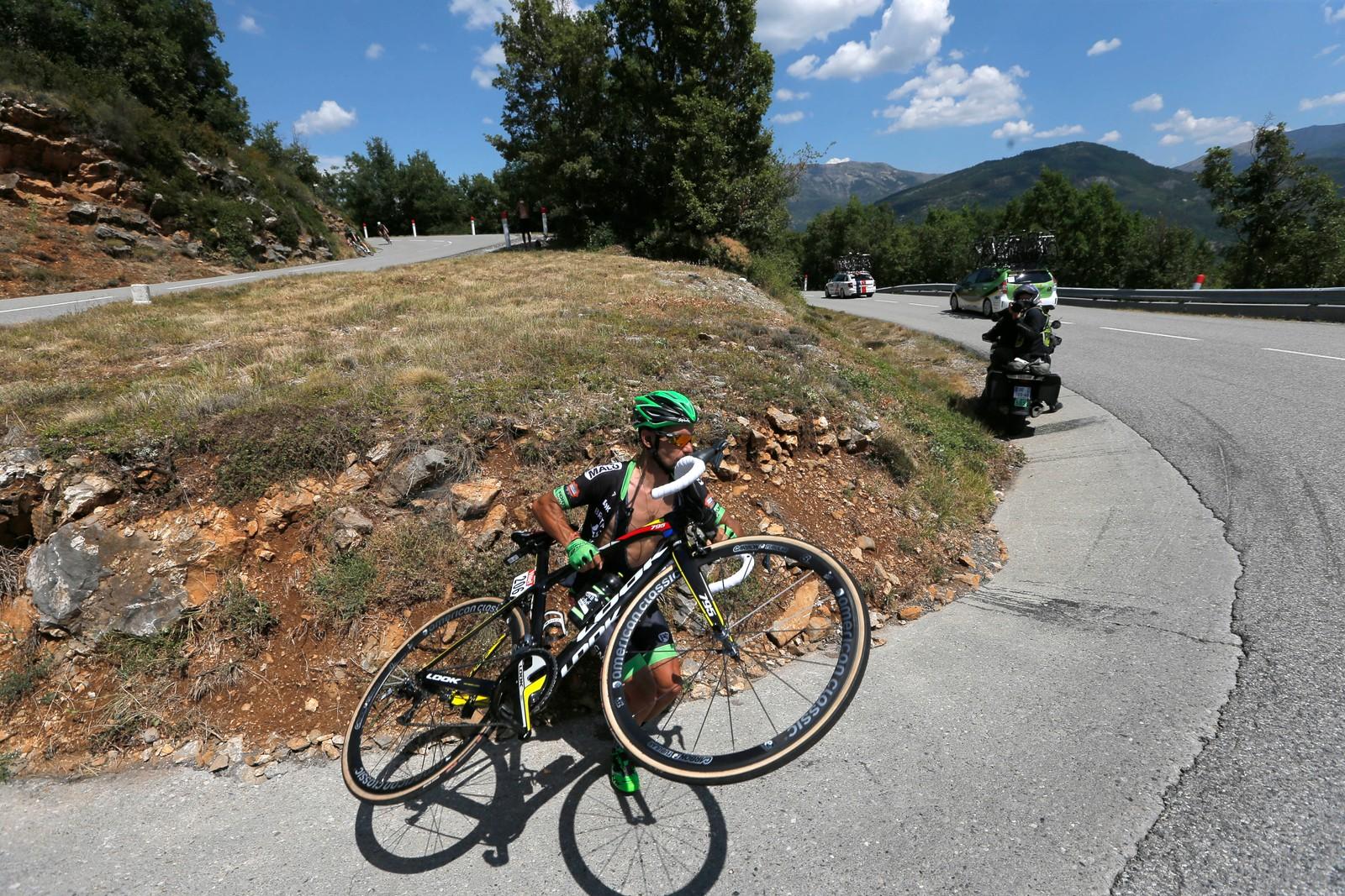 Svingen ble litt for krapp for Armando Fonseca. (AP Photo/Christophe Ena)