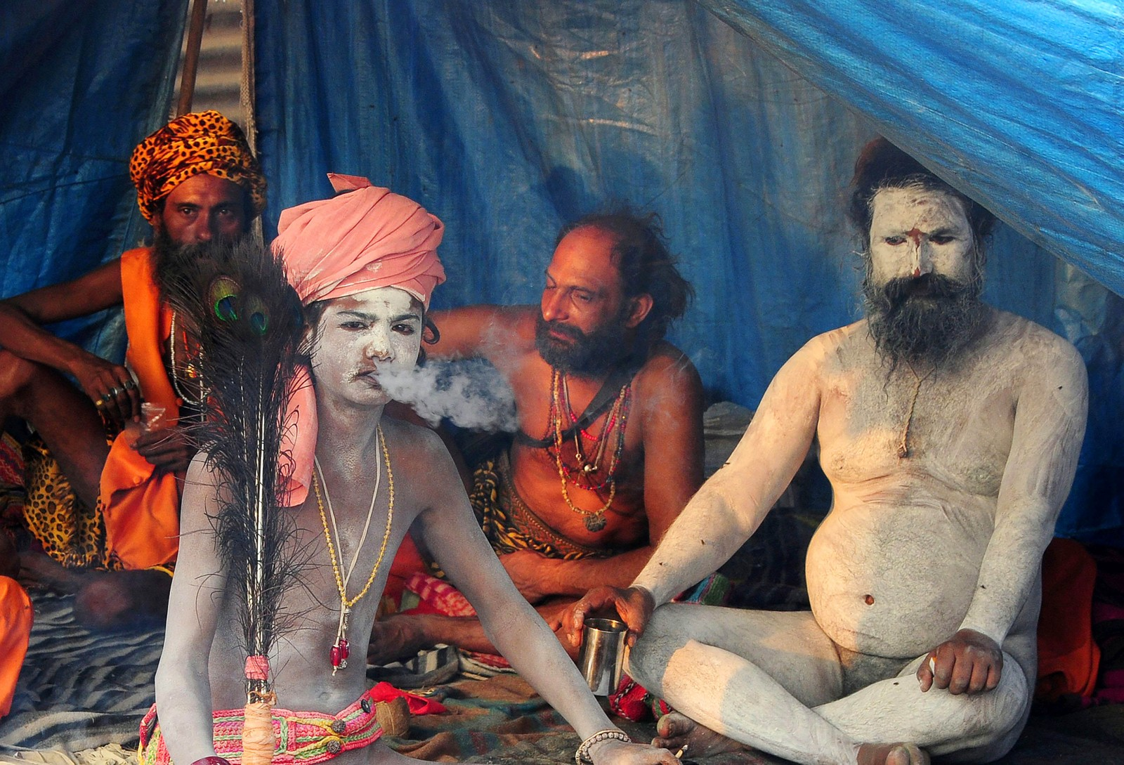 Indiske sadhuer sitter i et telt under høytiden Magh Mela i Allahabad. En sadhu er en asket som driver med yoga og noen ganger også tantra. Sadhuer er som regel menn, men det finnes kvinner blant dem også.