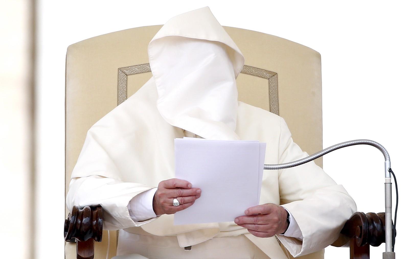 Hver uke tas det masse bilder av pave Frans og ofte gjør vinden sitt til at disse bildene blir ekstra morsomme. Her blir hele pavens ansikt gjemt bak kappen et lite øyeblikk under den ukentlige audiensen i Vatikanet.