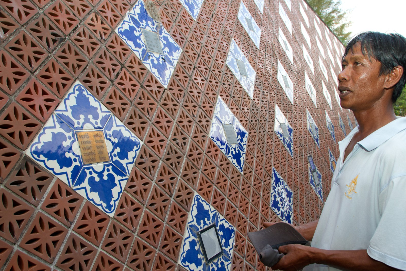 Han har ikke telt over hvor mange venner han kjenner som står oppført på minneveggen. Sønnen på 4 år døde i tsunamien.