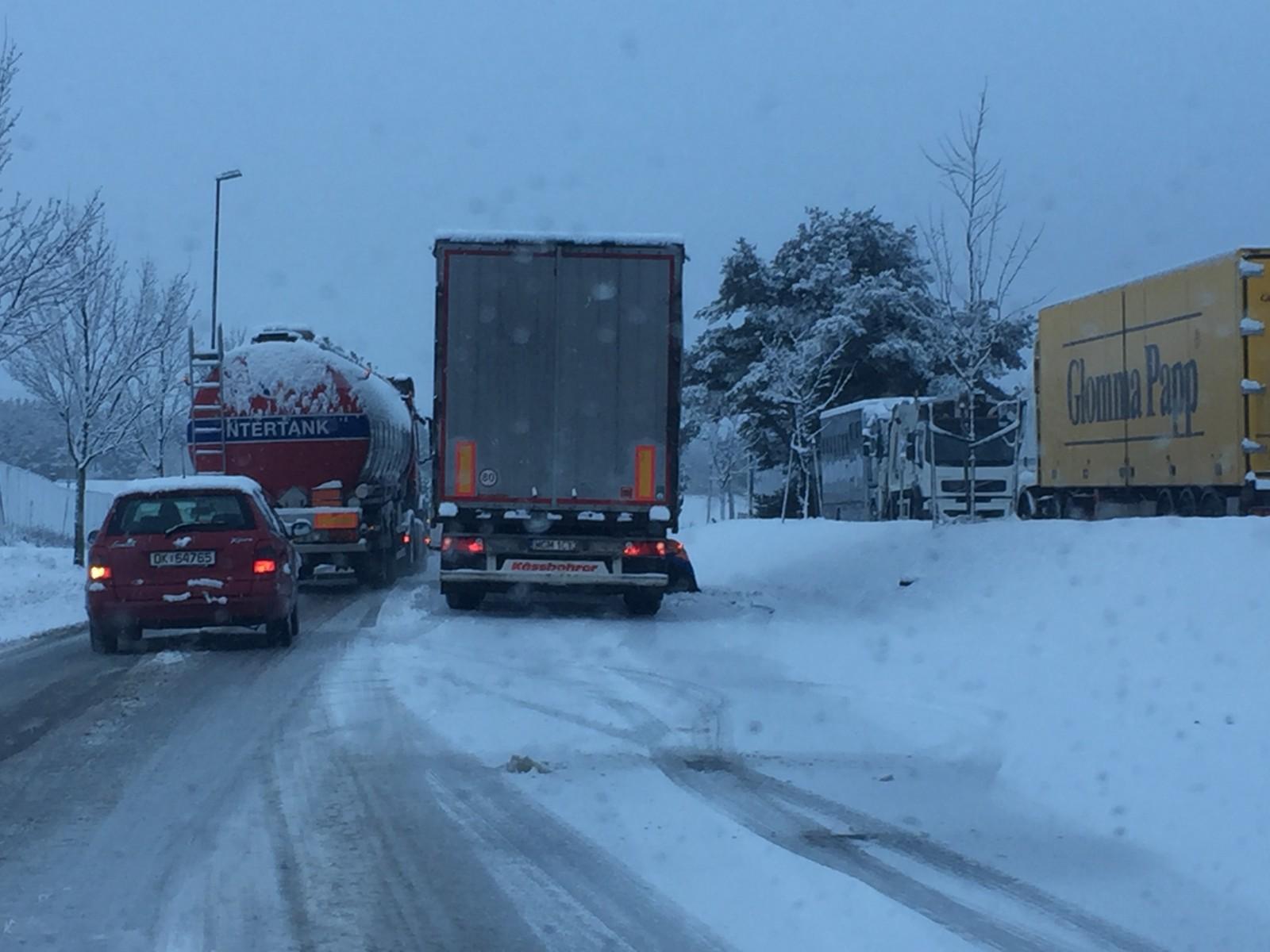 Dette vogntoget stoppet opp for å legge om til kjetting. Bildet er tatt ved Gatedalen miljøanlegg i Sarpsborg.