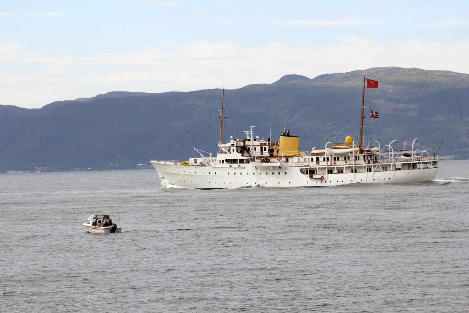 Kongeskipet på vei ut Trondheimsfjorden