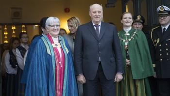 Biskop Ann Helen Justad-Fjellnes her sammen med HM Kong Harald og Bodøs orfører Ida Pinnerød under i