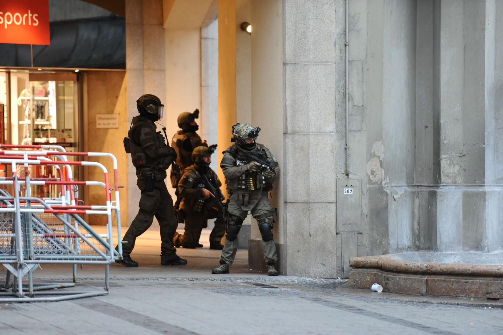 SIKRER OMRÅDET: Tysk politi sikrer området utenfor undergrunnstasjonen Karlsplatz i München, som ligger like ved kjøpesenteret der en ukjent person begynte å skyte fredag kveld.