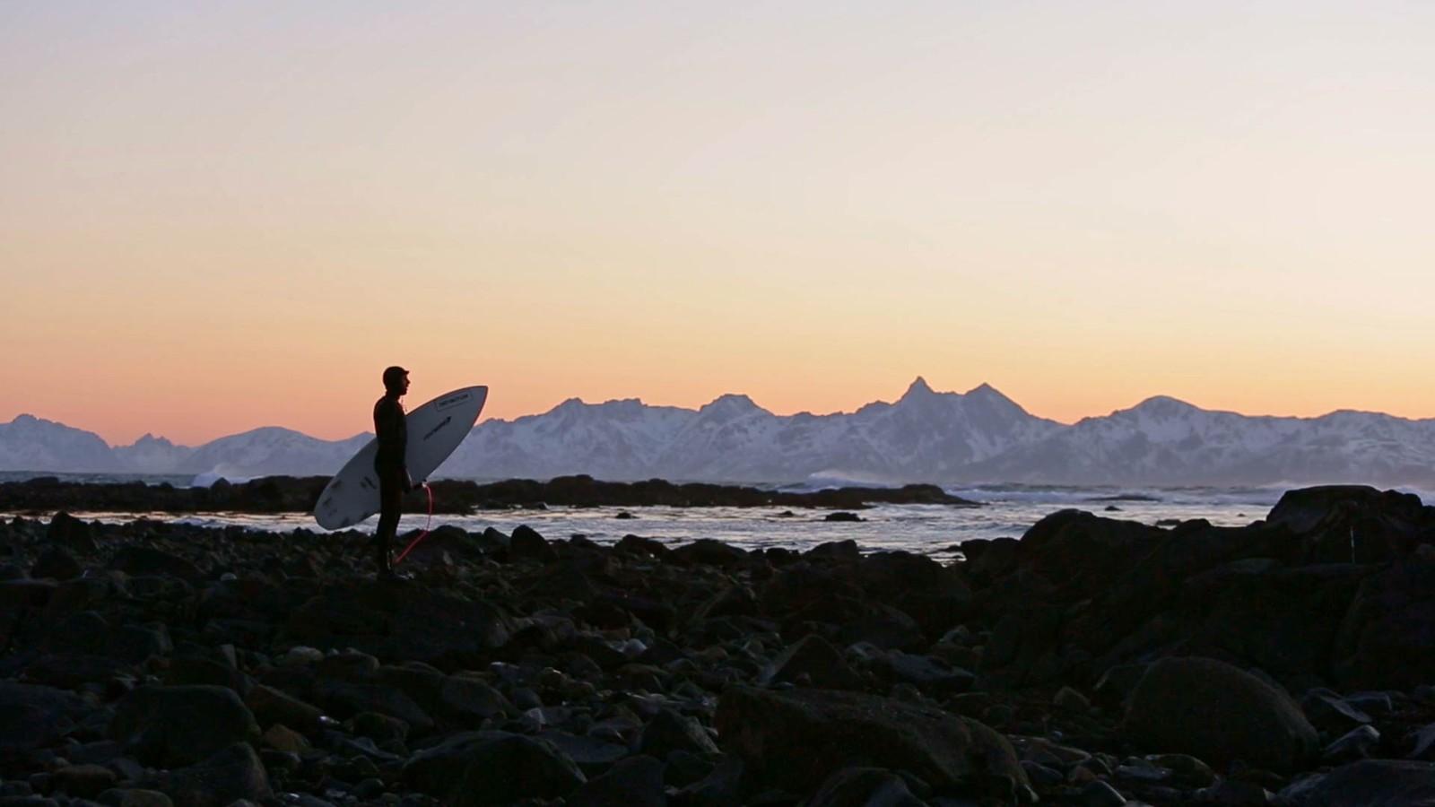 Surfing er en av de mange aktivitetene søsknene Wegge liker å drive med. Her fra surfing i Vesterålen.