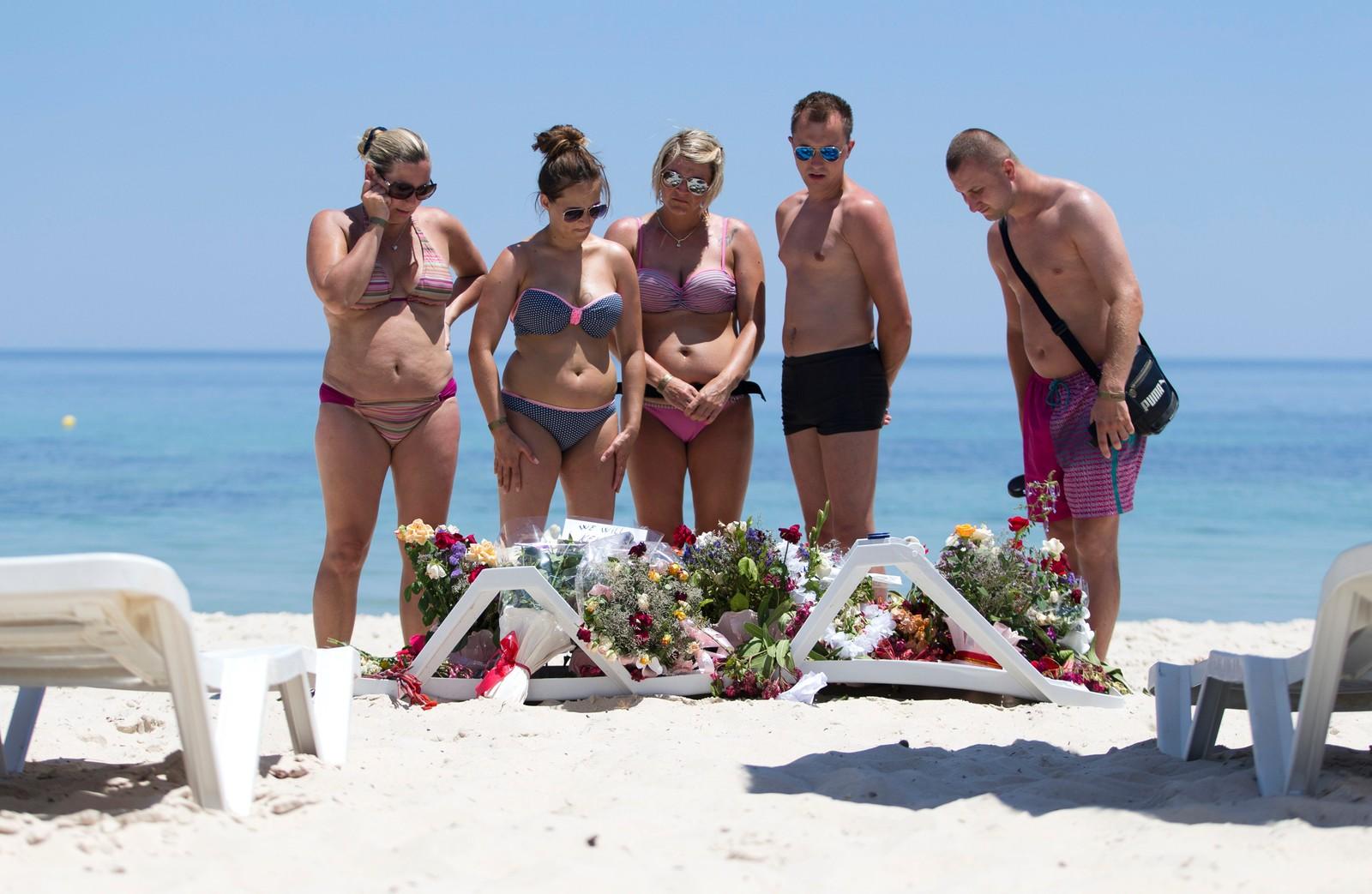 Turister minnes de døde etter et terrorangrep på stranden foran hotellet Riu Imperial Marhaba i Sousse, Tunisia. 22 personer ble drept i angrepet mot turister i feriebyen 18. mars.