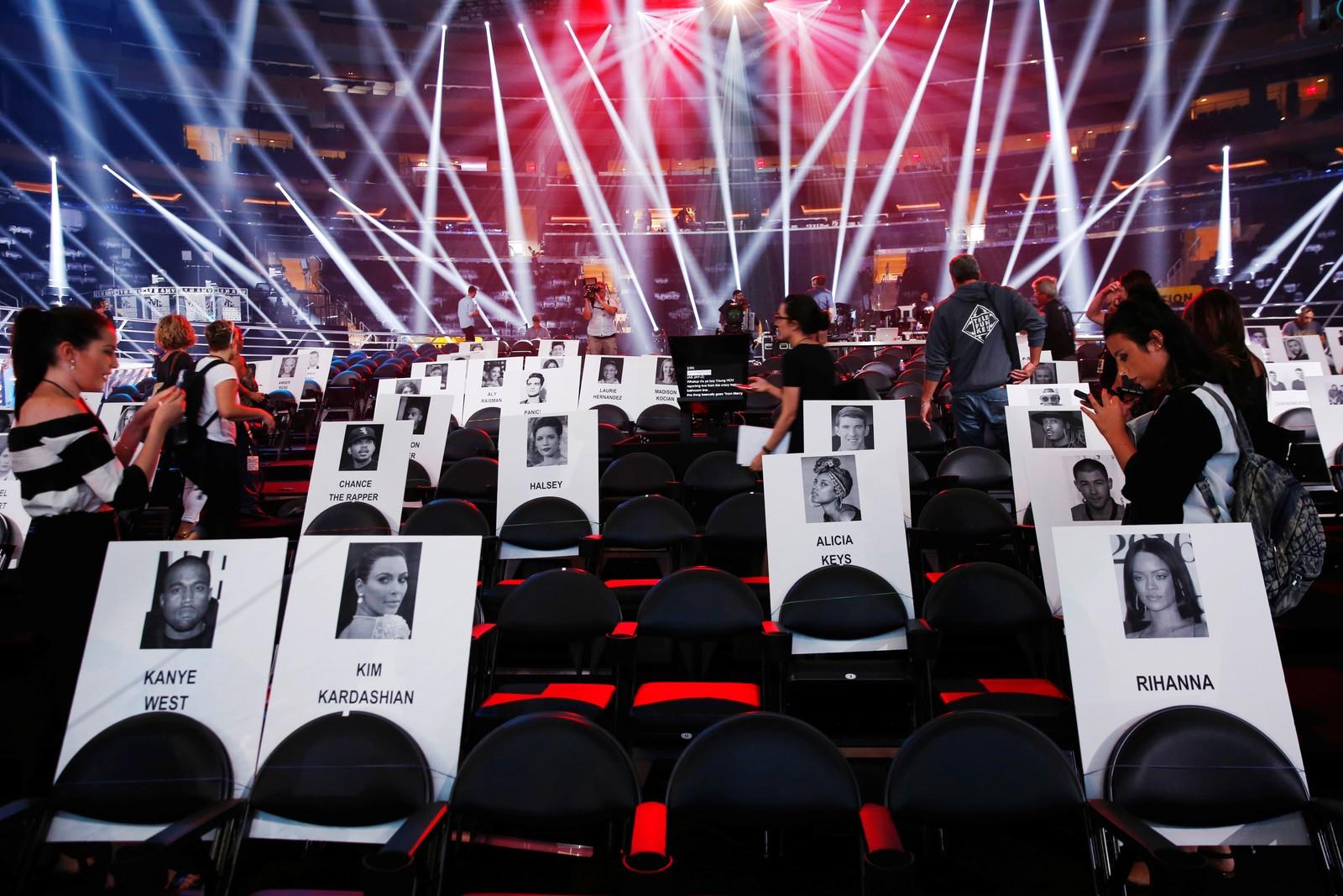 Selv på papp får de oppmerksomhet. Her skal stjernene sitte under MTV VMA den 28. august. Bildet er tatt i New York i USA den 25. august.