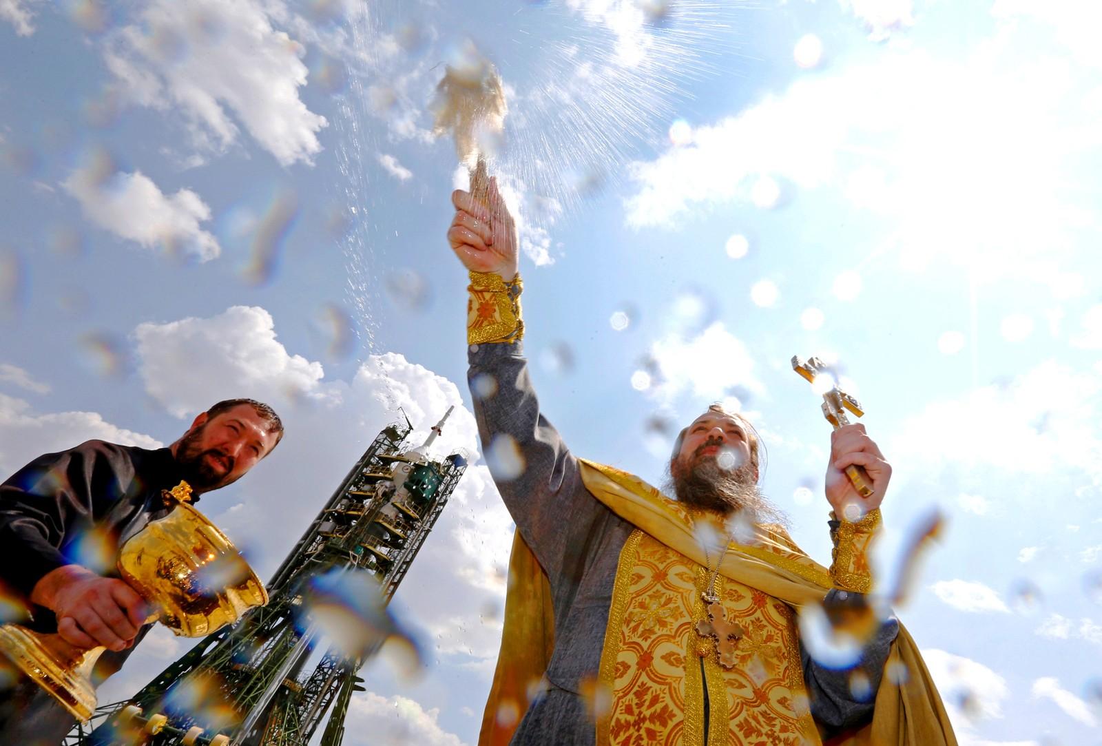 En ortodoks prest velsigner fartøyet Sojuz MS-01 i Kasakhstan den sjette juli. Dagen etter reiste Kate Rubins fra USA, Anatolij Ivanishin fra Russland, og Takuya Onishi fra Japan til den internasjonale romstasjonen.