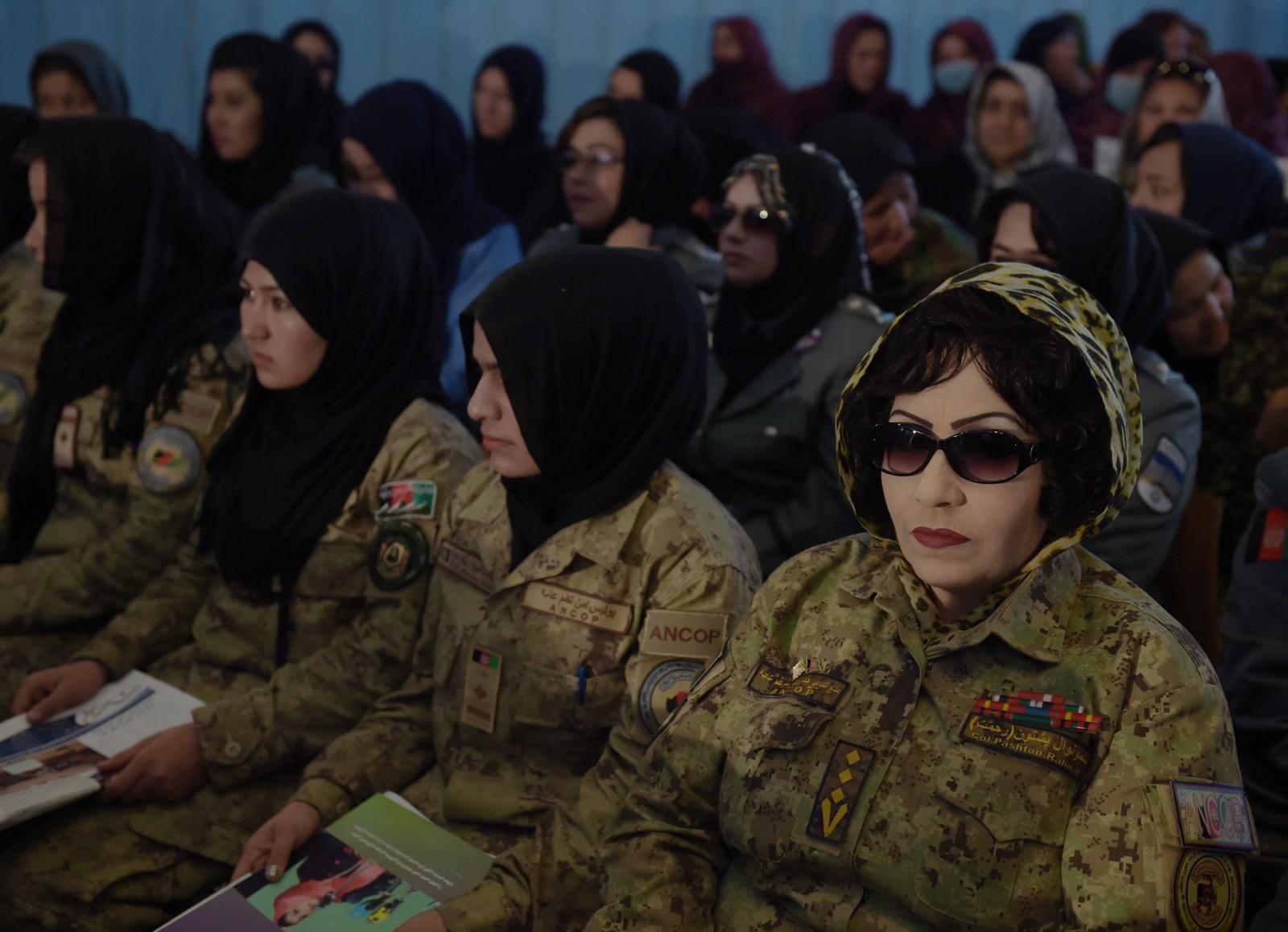 AFGHANISTAN: Afghanske soldater deltar på en seremoni for å markere den internasjonale kvinnedagen på Amani High school i Kabul.