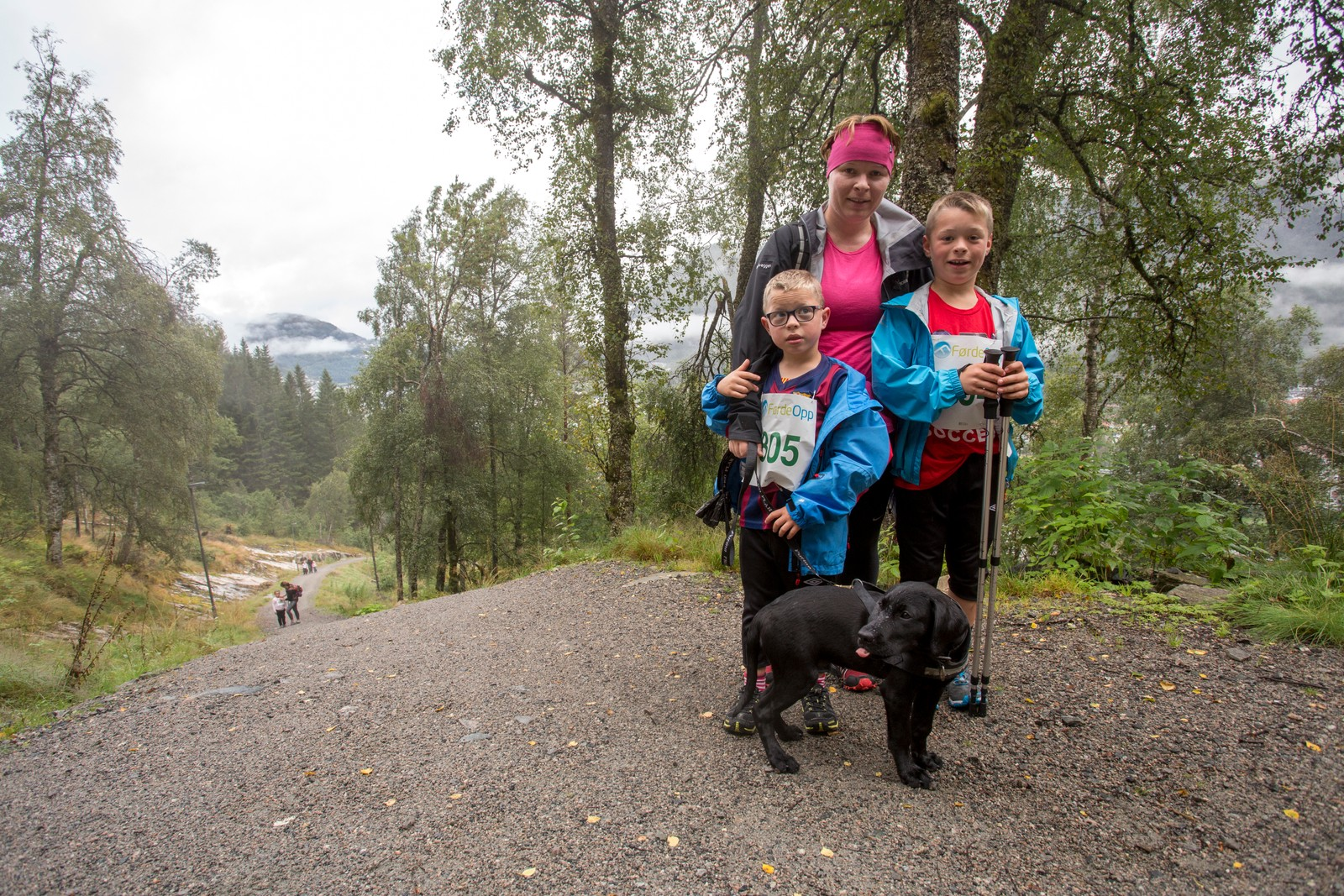 Sivert (6) og Mathias (9) tok med mamma Helene Sæterdal og kvalpen på tur i skodda.